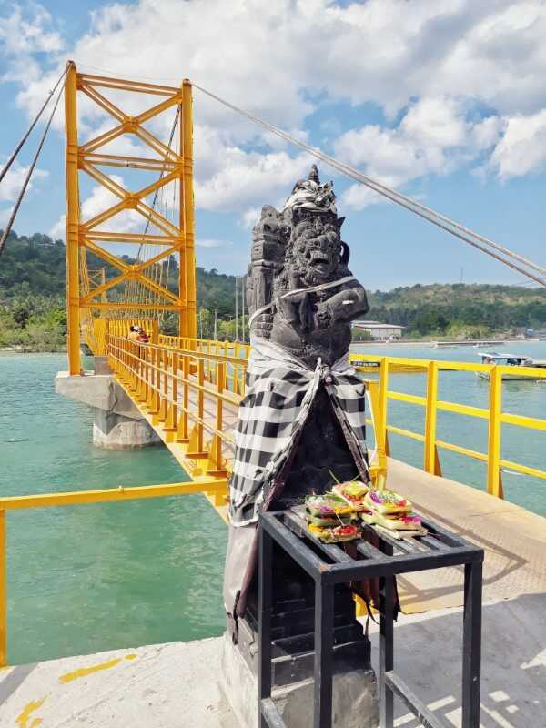 yellow bridge separating nusa ceningan from nusa lembongan